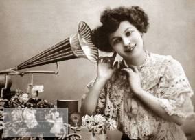 Frau hört Grammophon 1920 / Woman listening to a grammophon